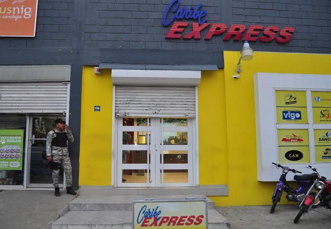 Policía detiene a dos hombres  por  estafar a una mujer con 8 mil pesos.