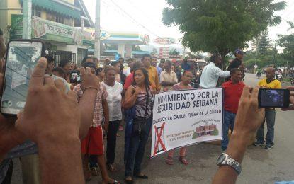 Seibanos marchan  en protesta para que sea trasladada la cárcel.