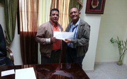 Gobernador entrega cheques para pagos de trabajos en el hospital de Miches.