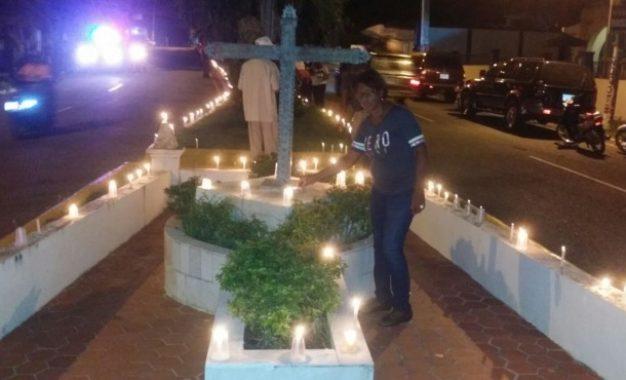 Seibanos hacen encendido de velas exigiendo que se elimine la cárcel del centro de la ciudad
