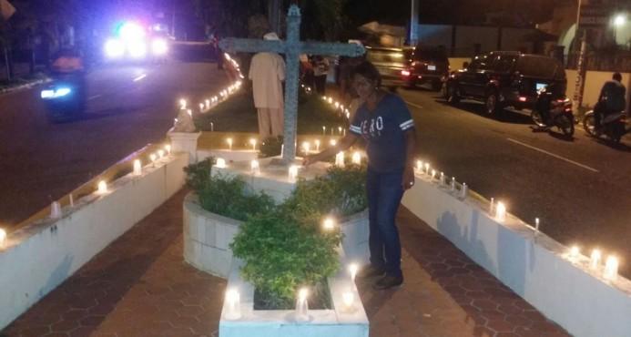 Seibanos enciende velas en protesta contra ubicación de la cárcel.