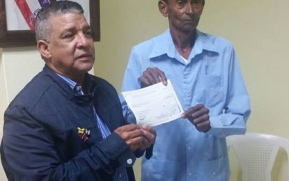 Lorenzo Espinal recibe $25 mil pesos de manos del gobernador.