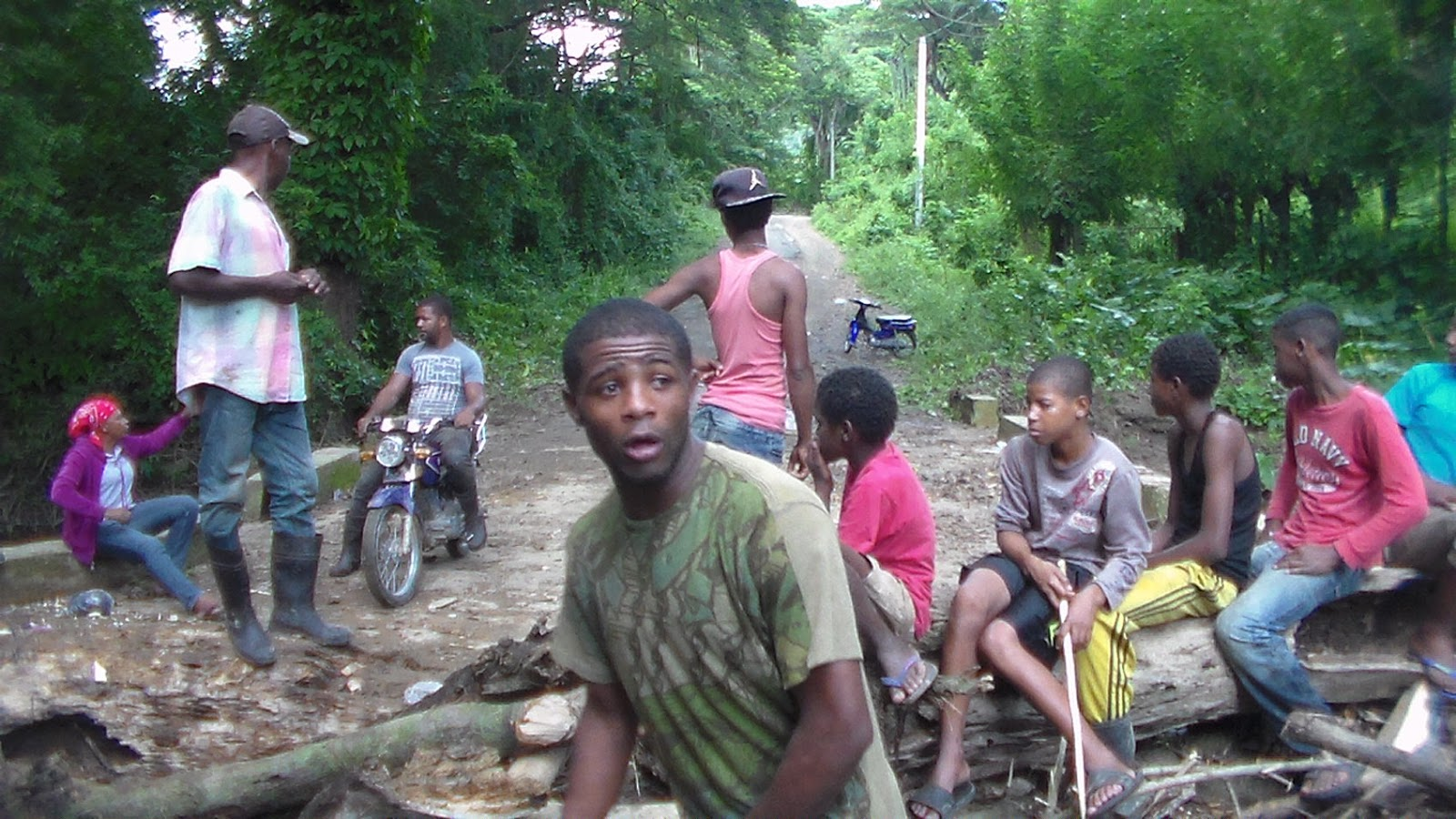 En la comunidad de Los Botados  protestan por mal estado de caminos vecinales.