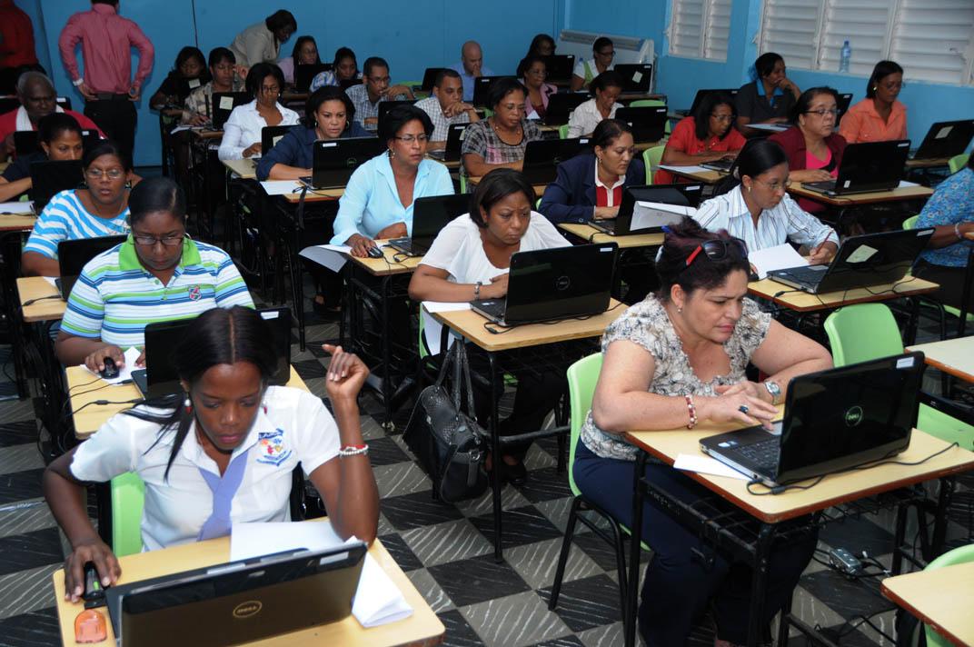 Postulantes a maestros y maestras van a segunda fase de concurso.