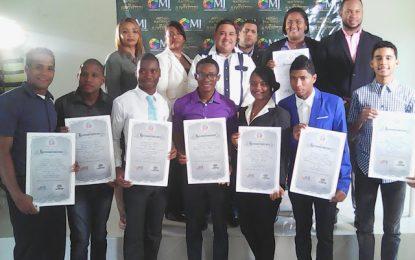 Ministerio de la juventud entrega certificados a jóvenes finalistas.