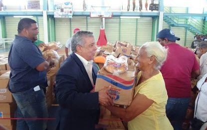 Gobernación Civil de El Seibo entrega 1,500 canastas navideñas.
