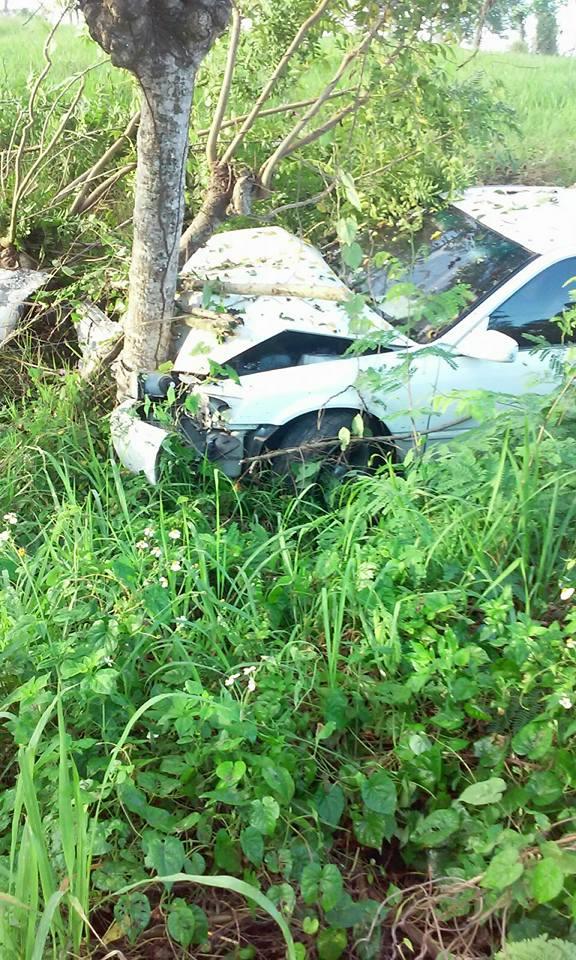 Carro termina contra un árbol al evitar colisionar con motorista.