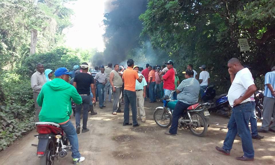 Comunitarios de Vicentillo protestan por arreglo de caminos vecinales.