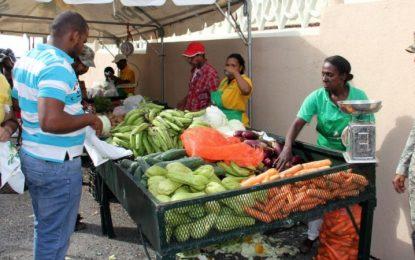 INESPRE realiza feria de productos a bajos precios en El Seibo.