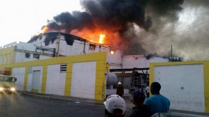 Fuego afecta a Almacenes Iberia en SPM