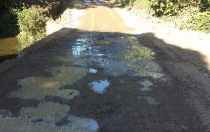 Comunitario de Las Cuchillas indignados  por engaño con trabajos en los caminos.