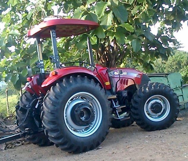 Gobierno dona tractor a productores de El Seibo