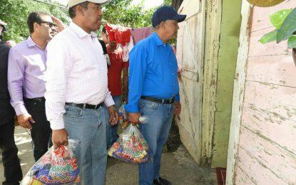 Comedores Económicos reparte raciones crudas a afectados por Huracán María en El Seibo.