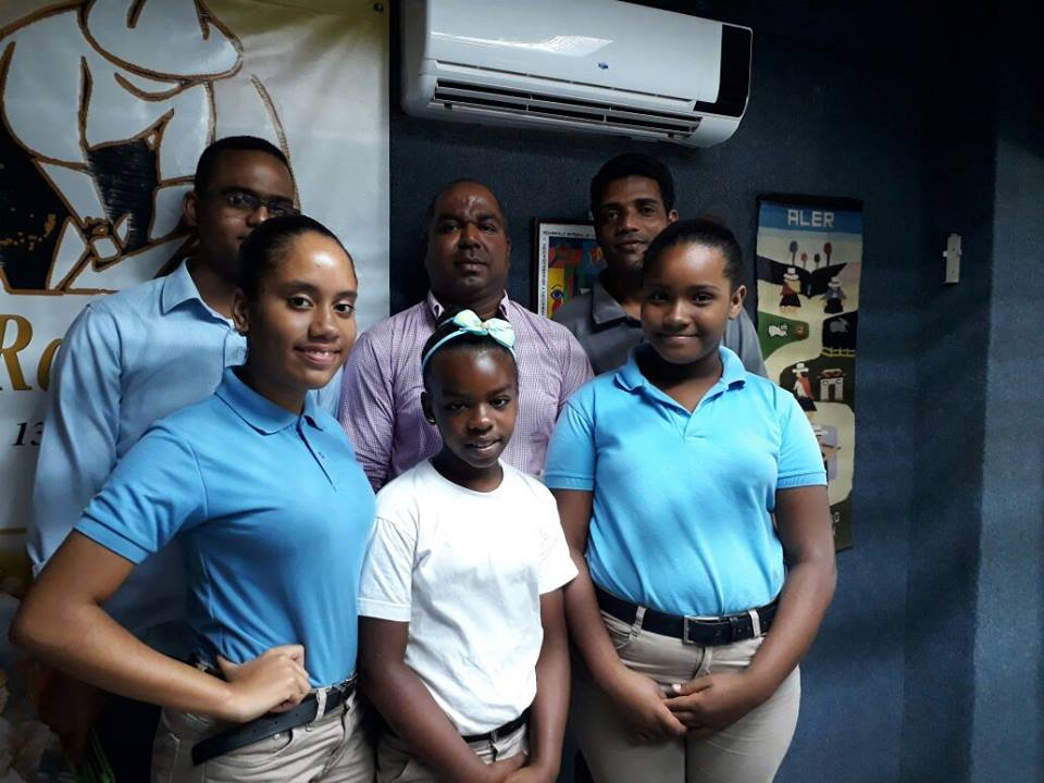 Estudiantes de la escuela de El Cuey dan a conocer proyecto de reciclaje comunitario.