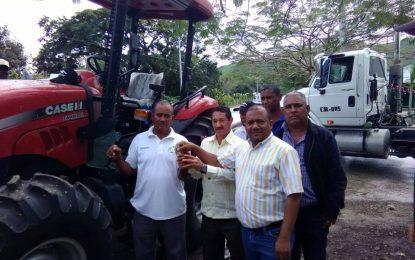 Trabajadores de la tierra de Pedro Sánchez reciben nuevo tractor
