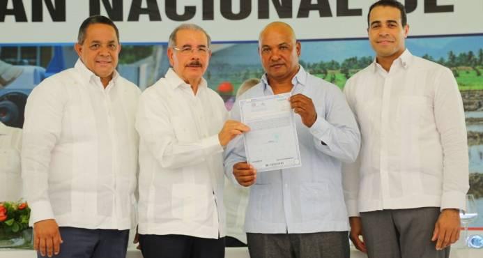 El presidente Danilo Medina entrega títulos definitivos a parceleros en Pedro Sánchez