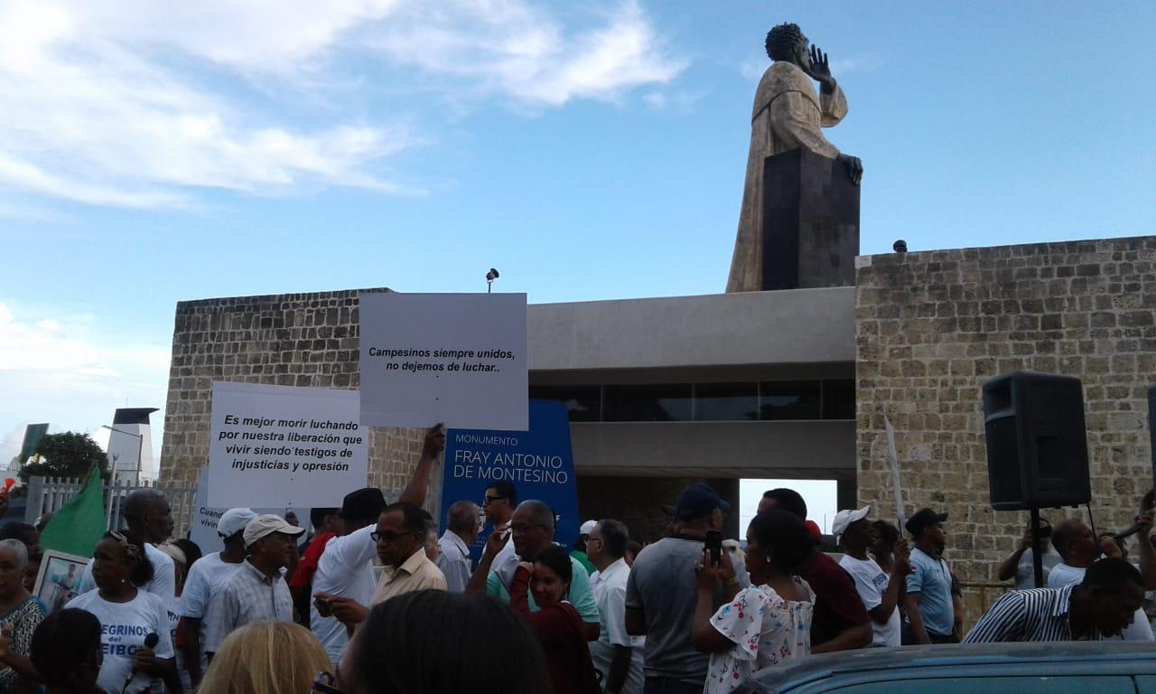 Peregrinos de El Seibo marchan hacia el monumento de Montesinos