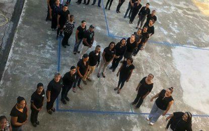 En la Escuela Nuestra Señora del Rosario se visten de negro para denunciar el maltrato hacia su directora