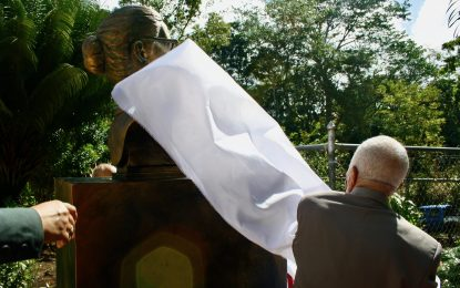 Levantan busto en honor a la profesora Catalina Gil en Las Cuchillas