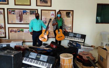 Visión Mundial dona instrumentos musicales para los jóvenes seibanos