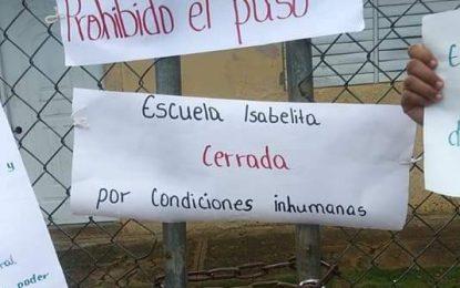 Padres realizan protesta en la Escuela Isabelita